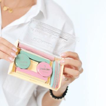 kosmetolog trzyma w ręku zestaw do makijażu Japonskiego I Mińsk Mazowiecki